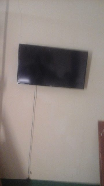 Pose d'une télévision dans la grande salle